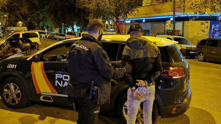 Cazado in fraganti cuando trepaba por un muro para robar en un piso de Pere Garau