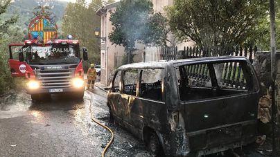Un incendio calcina un vehículo en una calle de Esporles