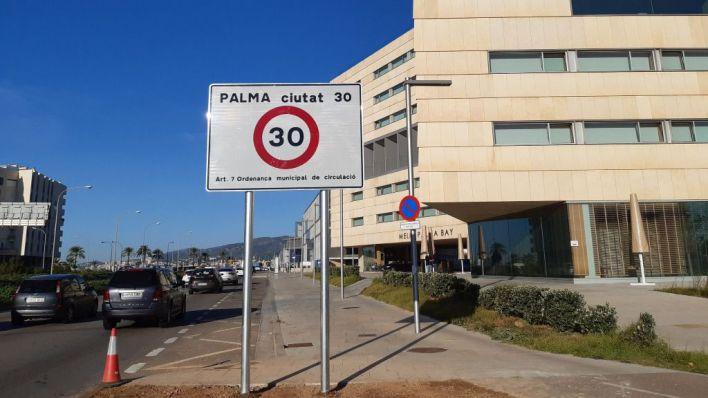 El cartel de 'Palma 30' frente al Palau de Congressos
