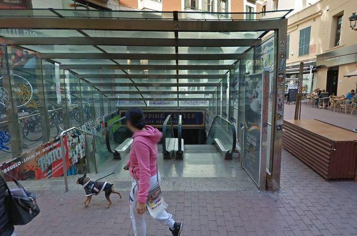Una mujer, grave al caer por las escaleras mecánicas de las galerías de Plaza Mayor