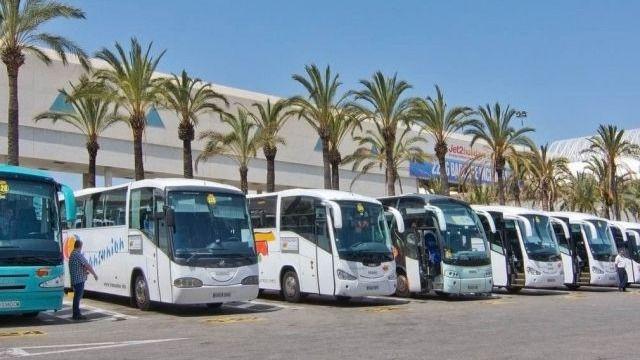 El Govern concluye que taxis, camiones y autocares sí pueden llevar publicidad