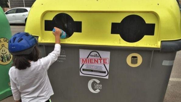 Uno de los contenedores con la pegatina en Calviá