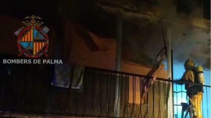 Un aparatoso incendio deja al menos dos heridos y calcina un piso en Palma