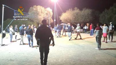 La Guardia Civil disuelve una fiesta en Petra en la que participaban 56 personas