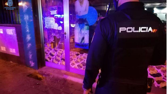 Intenta robar en una tienda de Palma rompiendo el escaparate con una alcantarilla