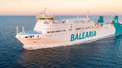 El buque de Balearia varado frente a Ibiza llega a la isla tras reparar la avería