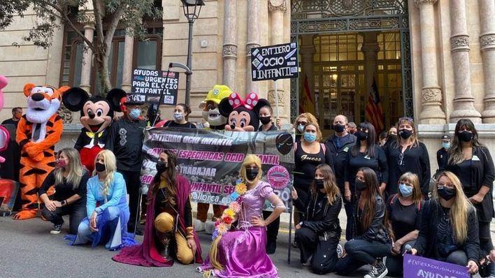 Empresarios de parques infantiles protestan en el Parlament por el cierre de sus locales