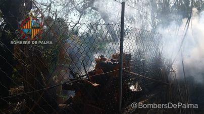 El fuego calcina 400 metros de invernaderos en unos terrenos agrícolas de Palma