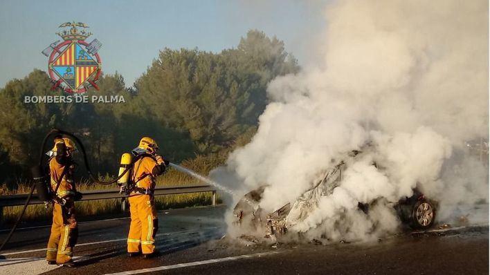 Un vehículo queda calcinado tras prenderse fuego en la autovía Inca-Palma, a su paso por Marratxí