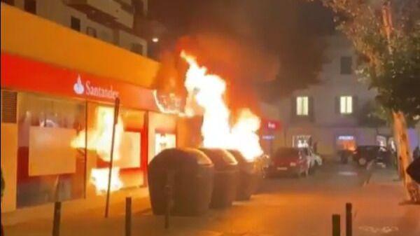 Primera noche de toque de queda en Ibiza con vandalismo y quema de contenedores
