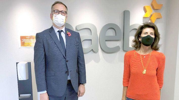 La presidenta de Caeb y el cónsul británico analizan las restricciones del mercado turístico