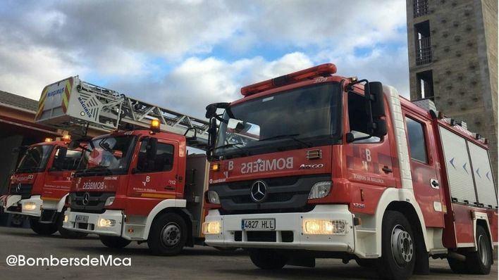 Efectivos de los bomberos del Consell extinguen un incendio forestal en Algaida