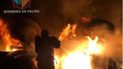 Un incendio en un solar en Playa de Palma calcina dos hormigoneras