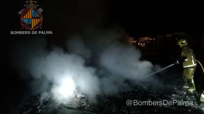 Los bomberos actúan en un incendio de escombros en un almacén de Coll den Rabassa