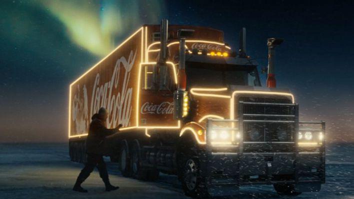 Coca-Cola celebra sus cien años felicitando la Navidad junto al director Taika Waititi