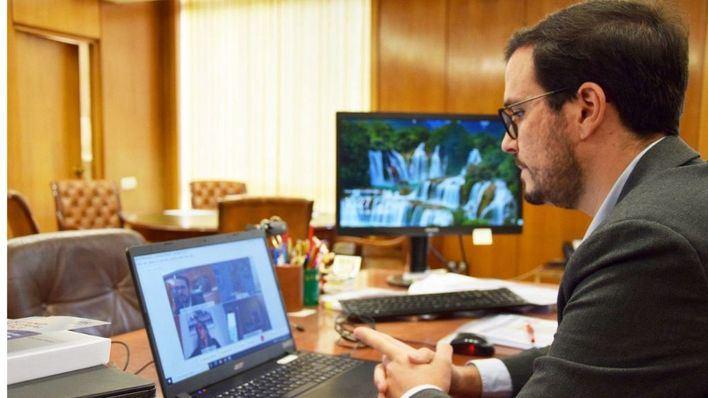 Garzón promete que el Gobierno bajará el precio de la mascarilla