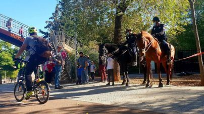 Agentes a caballo vigilan las entradas y salidas en los centros escolares de Palma