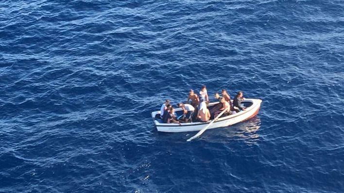 Interceptada una patera con 11 migrantes en aguas de Cabrera