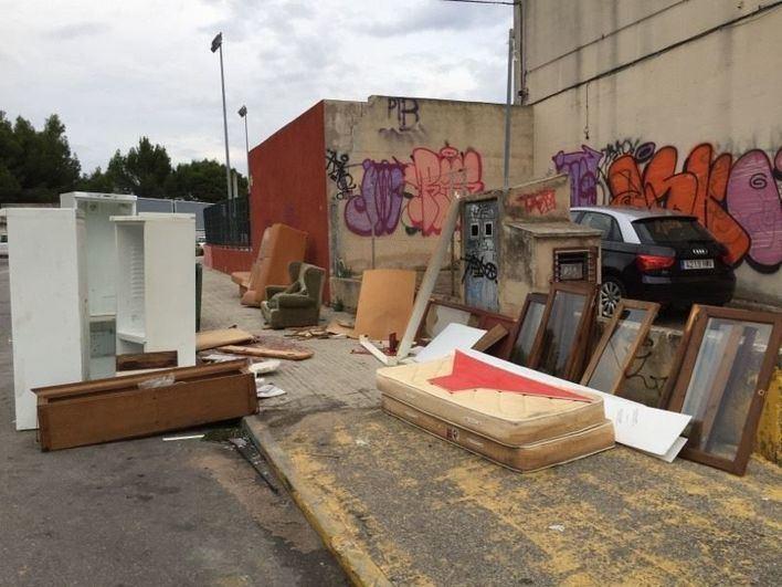 Cort sancionará con hasta 3.000 euros a quien abandone los trastos en la calle