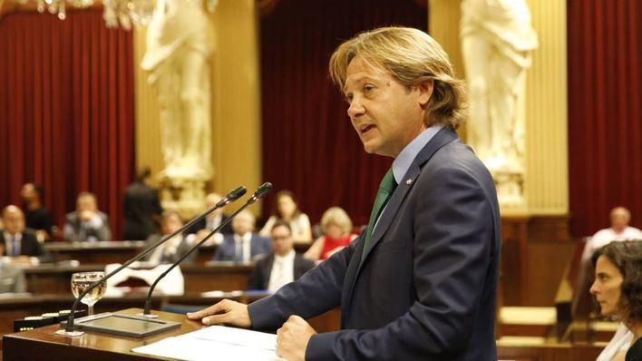 Solo Vox se posiciona en contra en el Parlament de prohibir los campamentos militares con menores