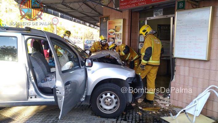Un vehículo se empotra contra la fachada de un bar en Palma