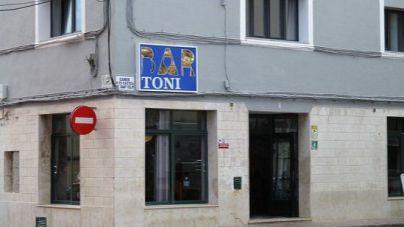 Brote en el bar Toni de Es Castell: Salut pide a los clientes que se hagan una PCR