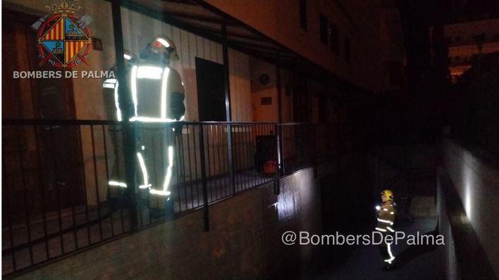 Una bombona de butano envuelta en llamas siembra la alarma en un edificio de Can Pastilla