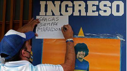 Miles de argentinos rinden homenaje a Maradona durante el velatorio en la Casa Rosada