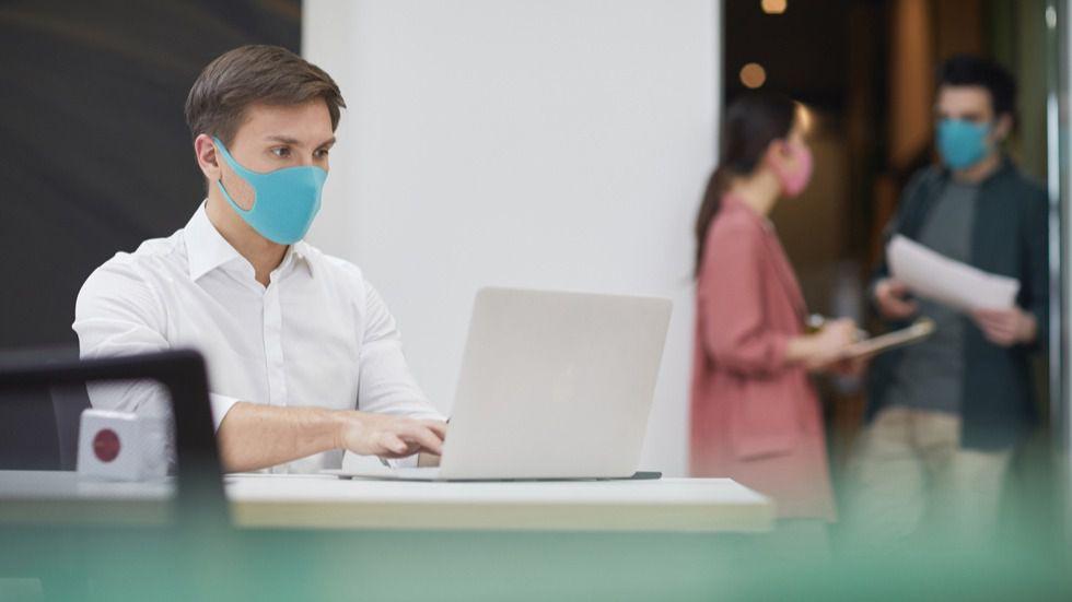 La mascarilla será obligatoria en los centros de trabajo aunque haya distancia o mamparas