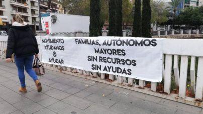 Palma inundada del mensaje: 'Familias, autónomos, mayores, sin recursos, sin ayudas'