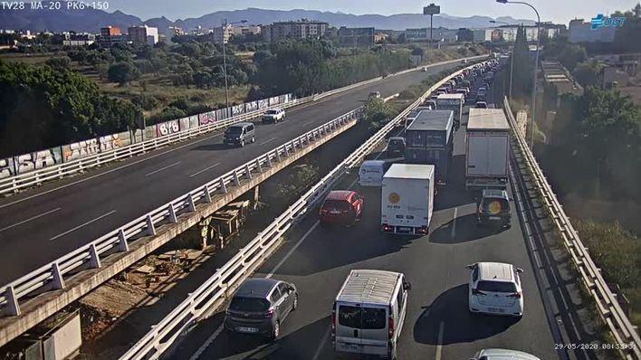 Retenciones en la autopista Palma-Andratx a causa de un accidente en el acceso a la carretera de Sóller