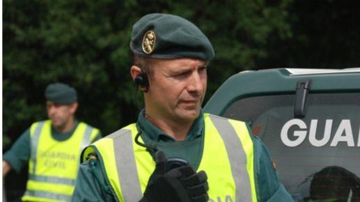 Choca contra una farola en Menorca huyendo de la Guardia Civil en un coche robado