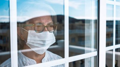 La OMS pide a la población que use mascarilla en casa para recibir visitas