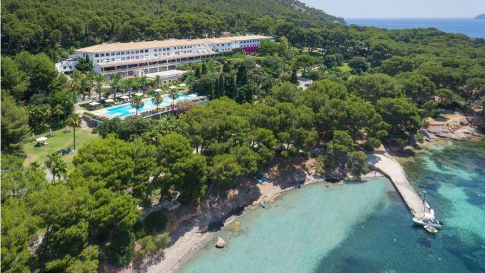 Emin Capital compra el Hotel Formentor por 165 millones y hace una venta solidaria de los muebles