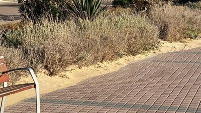 Quejas a Cort por la arena que invade el paseo de Platja de Palma y que no se retira