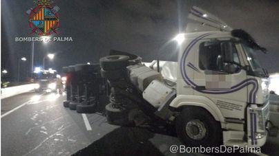 Aparatoso accidente de un camión en la carretera de Manacor