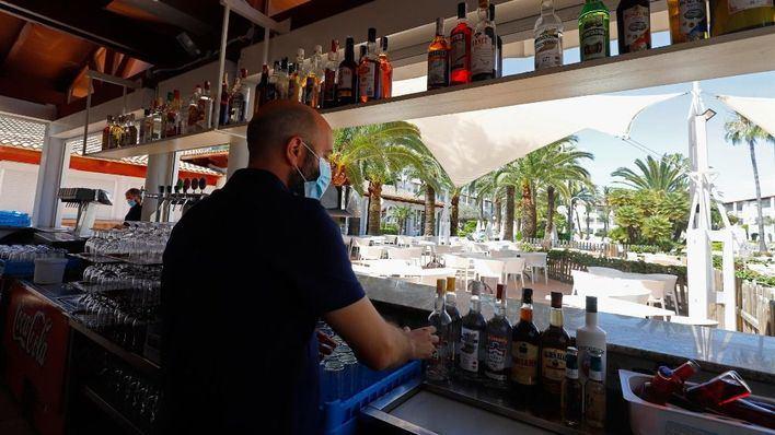 El sector servicios pierde en Baleares un tercio de su negocio