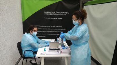 Un 60 por cien de viajeros que llegan a Baleares lo hacen con una PCR negativa