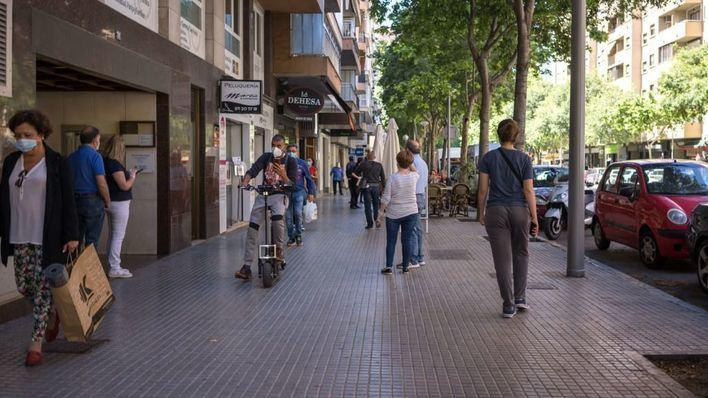 """Armengol pide a los ciudadanos que eviten las grandes superficies y compren """"en la tienda del barrio"""""""