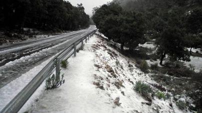 La nieve obliga a cortar al tráfico el tramo central de la carretera de la Serra