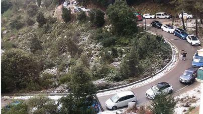 La afluencia masiva de gente a la Serra obliga a multar a los conductores