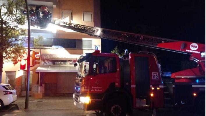 Los bomberos rescatan a una mujer que se hallaba inconsciente en su casa de Palma