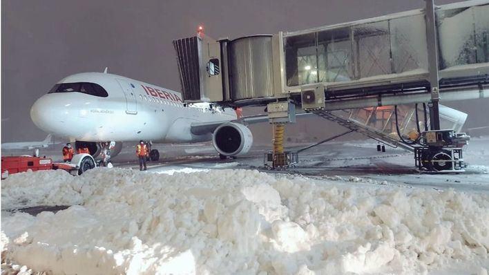 El aeropuerto de Barajas permanecerá cerrado al menos hasta esta tarde
