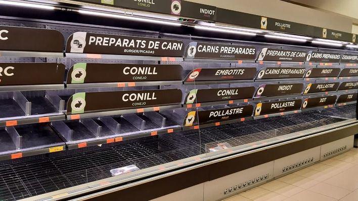 Estanterías vacías en varios supermercados de Palma tras una avalancha de clientes