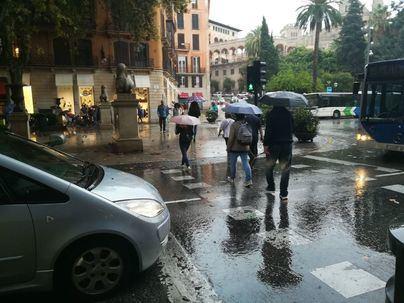 Chubascos, bajada de la temperatura y viento fuerte este lunes en Baleares