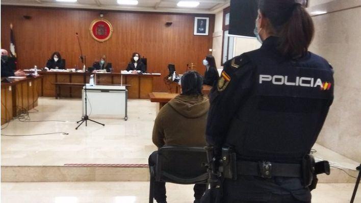 Cuatro años de cárcel por estafar más de 5.000 euros a un anciano desahuciado