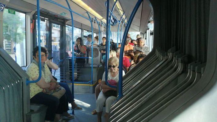 El Govern insta a los usuarios del transporte público a que viajen en silencio