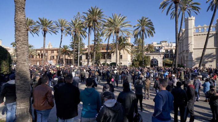 Masiva protesta de los restauradores contra Armengol por el cierre de locales