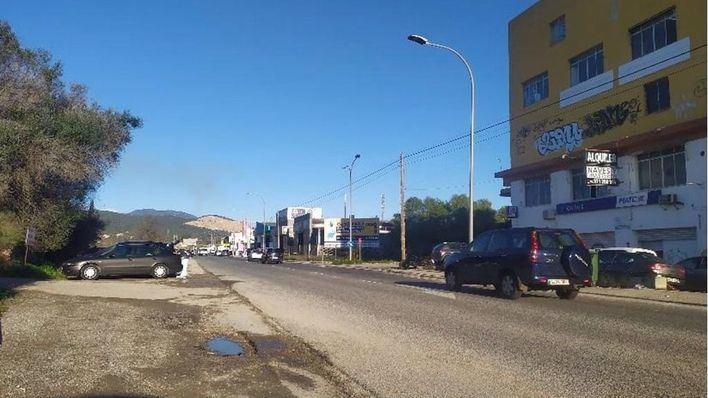 Limpian el arcén de la carretera del polígono de Can Valero con la retirada de 4 metros cúbicos de residuos
