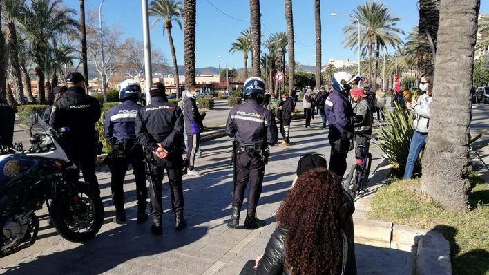 La Policía identifica a 40 personas que se han vuelto a concentrar ante el Consolat